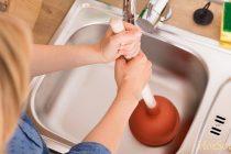 Как прочистить засор в раковине, если она засорилась