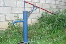 Как устроены и работают ручные насосы для скважины