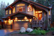 освещенный дом
