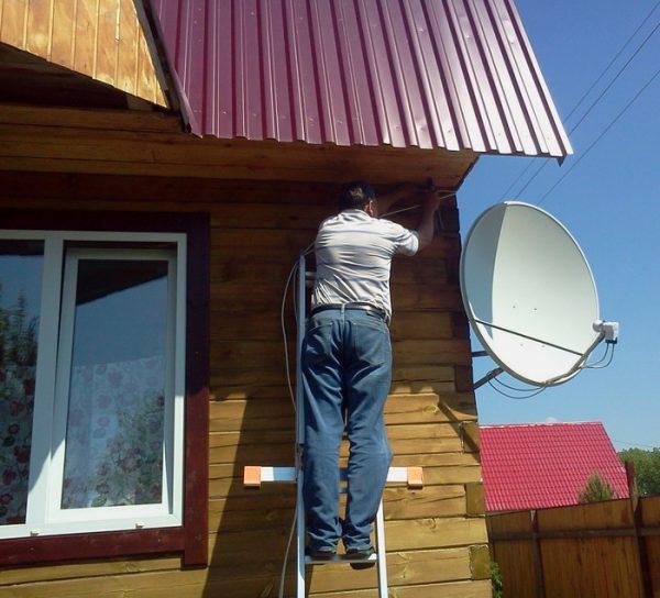 Спутниковая антенна на стене частного дома