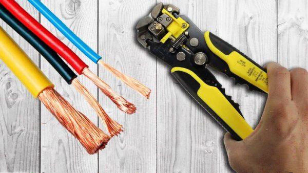 Очищенные инструментом жилы кабеля