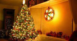 Новогодняя елка, усыпанная электрическими гирляндами