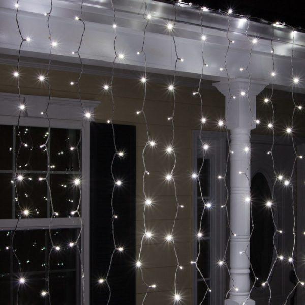 Световой дождь на фасаде жилого здания