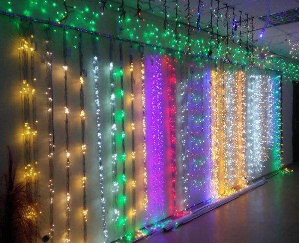 Цветовое разнообразие светодиодного занавеса в магазине