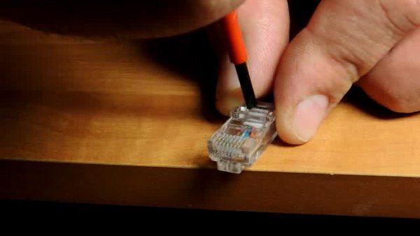 Зажатие контактов коннектора отверткой