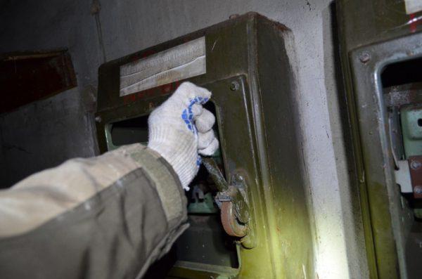 Для оказания помощи необходимо сразу же обесточить источник электротока, выключив рубильник