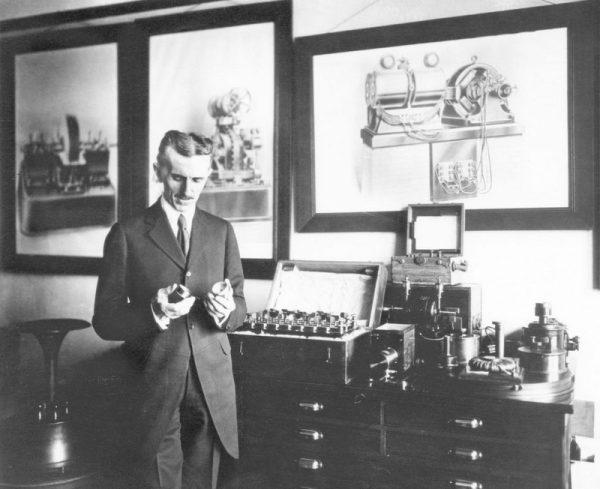 Тесла во время эксперимента