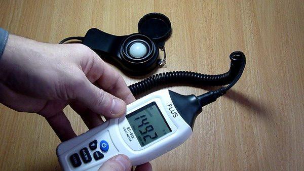 Процесс замера освещенности комнаты люксметром Flus ET-932