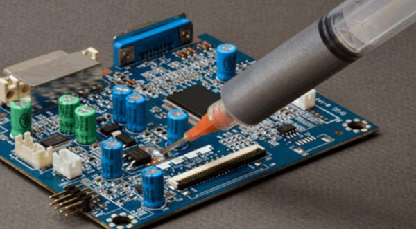 Нанесение самодельного токопроводного клеевого состава на серебре шприцем на микросхему