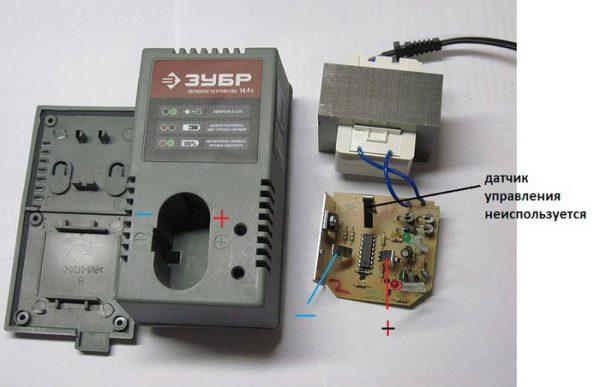 Подключения шнура питания к выходу зарядного устройства