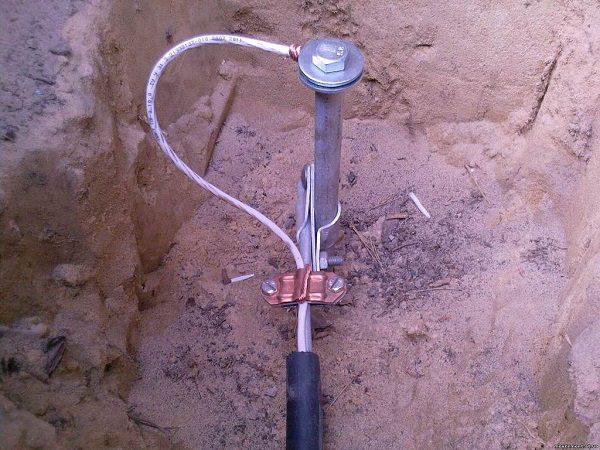 Штырь и токоотводящий кабель