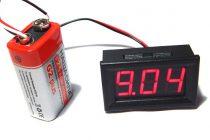Карманный цифровой вольтметр, который подключен к аккумулятору
