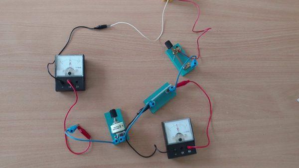Электрическая цепь, в которую подключены вольтметр и амперметр для измерения работы электрического тока
