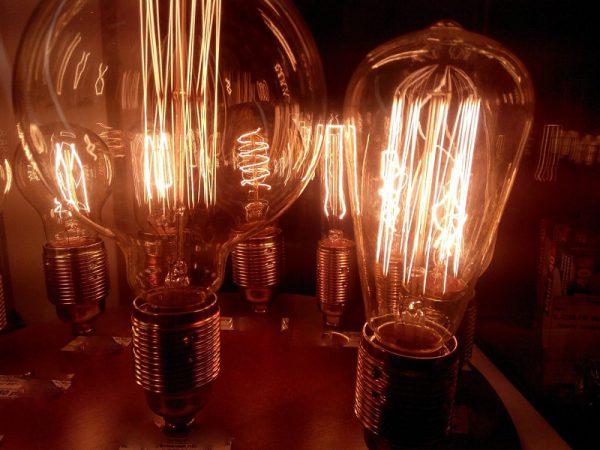Нагревание проводниковой спирали под воздействием электротока, что приводит к свечению ламп накаливания