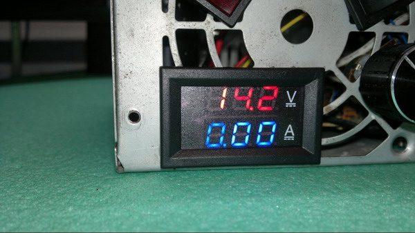 Установленный электронный ампервольтметр в блок питания
