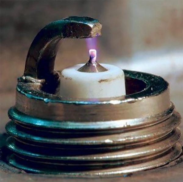Искра в свече зажигания