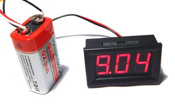 Внешний вид карманного приспособления, измеряющего вольтаж батарейки