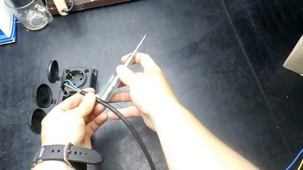 Поиск обрыва электроцепи в удлинители посредством индикаторной отвертки