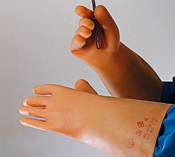 При работе с электроинструментом 1 класса необходимо надевать диэлектрические перчатки