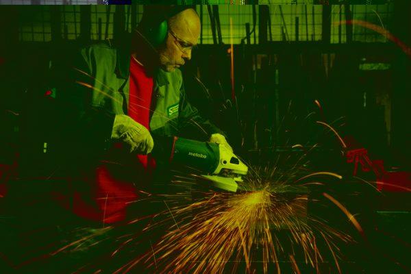 Рабочее место при использовании электроинструмента должно быть полностью безопасным