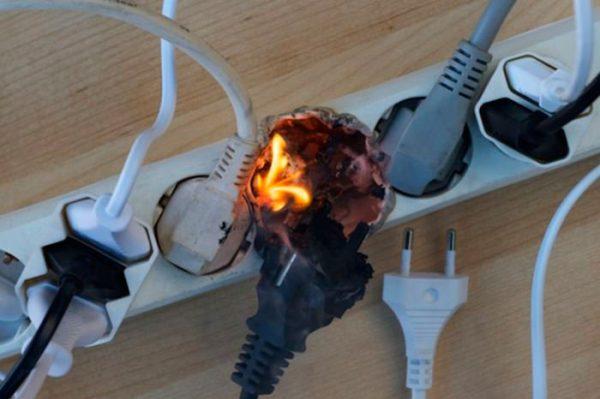 При появлении запаха гари и дыма работу электроинструментом немедленно следует прекратить