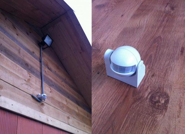 Прожектор с датчиком на стене дома