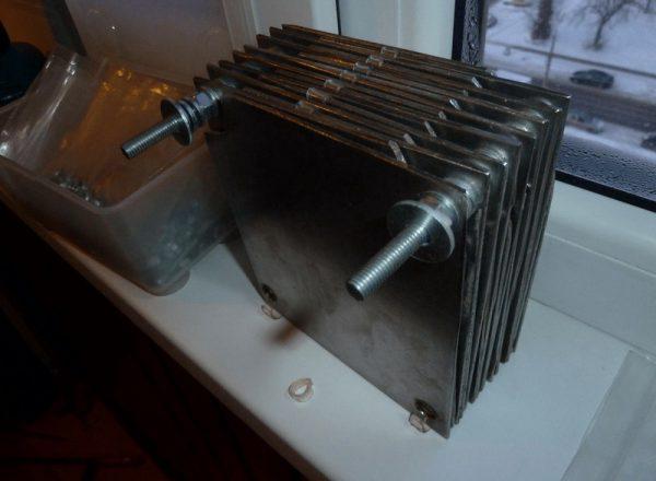 Собранные вместе пластины электролизной установки