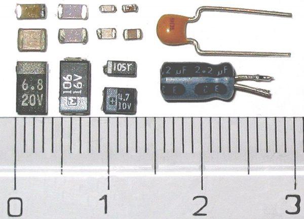 Сравнение размеров чип-конденсаторов и обычных деталей