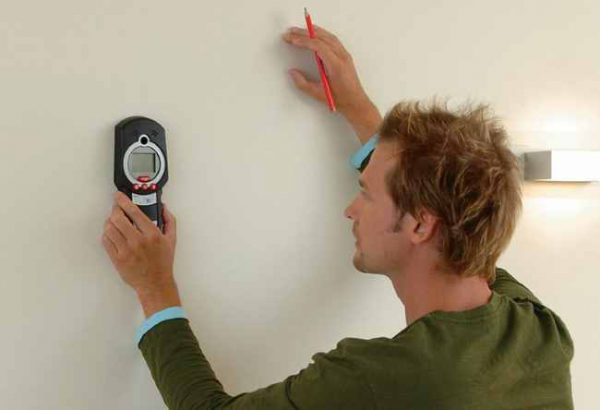 Определить место пролегания проводки в стенах возможно с помощью прибора-искателя