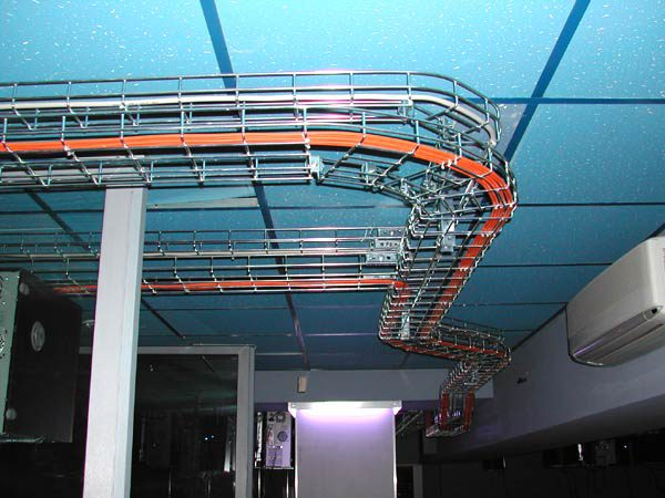 Вариант прокладки кабеля в лотках