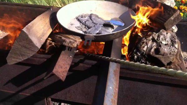 Плавление элемента Pb на открытом огне в чугунной емкости (кустарные условия)
